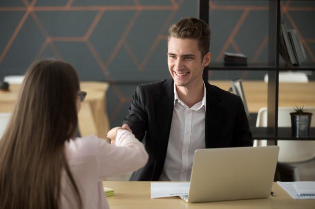 ilustrasi hrd tersenyum saat calon karyawan sukses interview